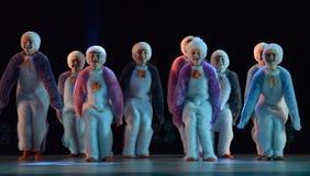 Девушки в розовом воздухе одевают танцы на этапе Стоковые Изображения