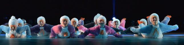 Девушки в розовом воздухе одевают танцы на этапе Стоковая Фотография RF