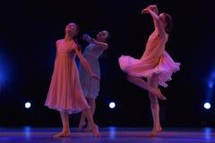 Девушки в розовом воздухе одевают танцы на этапе Стоковые Изображения RF