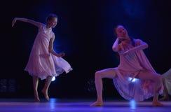 Девушки в розовом воздухе одевают танцы на этапе Стоковые Фотографии RF