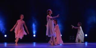 Девушки в розовом воздухе одевают танцы на этапе Стоковое Фото