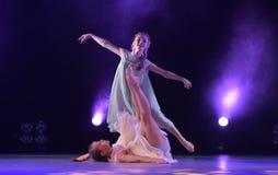 Девушки в розовом воздухе одевают танцы на этапе Стоковое фото RF