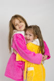 Девушки в розовом и желтом объятии робы Стоковые Изображения RF