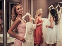 Девушки в салоне свадьбы Стоковые Изображения