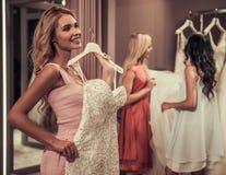 Девушки в салоне свадьбы Стоковое Изображение