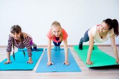 Девушки в спортзале Стоковые Изображения