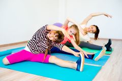 Девушки в спортзале Стоковое фото RF