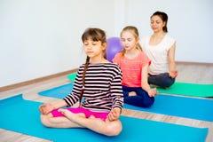Девушки в спортзале Стоковая Фотография