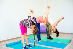 Девушки в спортзале Стоковое Фото