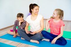 Девушки в спортзале Стоковая Фотография RF