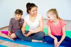 Девушки в спортзале Стоковые Фотографии RF