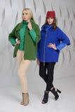 Девушки в студии представляя на пальто Стоковые Фотографии RF