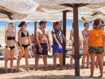 Девушки в танцах бикини на пляже Стоковое Изображение