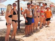 Девушки в танцах бикини на пляже Стоковое фото RF