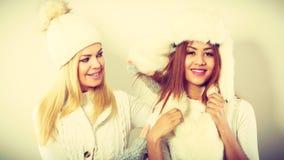 2 девушки в теплой одежде зимы имея потеху Стоковое Фото