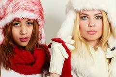 2 девушки в теплом портрете одежды зимы Стоковые Изображения RF