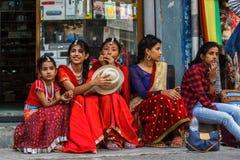 Девушки в традиционных одеждах для Tihar в Pokhara, Непале Стоковые Изображения RF
