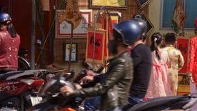 Девушки в традиционном взгляде костюмов на товарах в сувенирном магазине видеоматериал