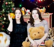 2 девушки в установке рождества стоковое фото rf