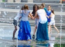 Девушки в фонтане улицы Стоковое Изображение RF