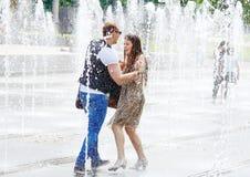 Девушки в фонтане улицы Стоковое Фото