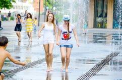 Девушки в фонтане улицы Стоковое фото RF