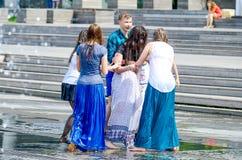 Девушки в фонтане улицы Стоковое Изображение