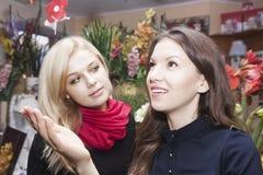 Девушки в цветочном магазине Стоковое Изображение RF
