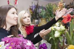 Девушки в цветочном магазине Стоковое Фото
