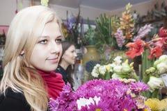 Девушки в цветочном магазине Стоковые Изображения