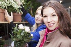 Девушки в цветочном магазине Стоковое Изображение