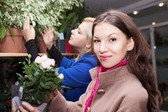 Девушки в цветочном магазине Стоковая Фотография RF