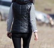 Девушки в черной куртке в природе Стоковые Изображения