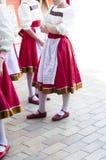 Девушки в Slavonic национальных костюмах Стоковая Фотография RF