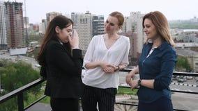 Девушки говорят на крыше 3 привлекательных друз злословят и беседуют во время пролома на работе движение медленное видеоматериал