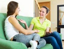 Девушки говоря на софе Стоковое фото RF