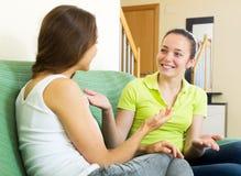 Девушки говоря на софе Стоковые Изображения RF