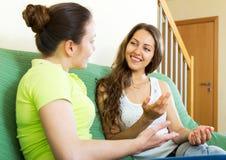 Девушки говоря на софе Стоковая Фотография