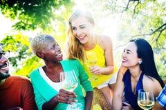 Девушки говоря охлаждая концепцию друзей отдыха приятельства Стоковые Фотографии RF