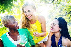 Девушки говоря охлаждая концепцию друзей отдыха приятельства Стоковое Фото