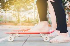 девушки готовы к получать старт к скейтборду Стоковое Фото