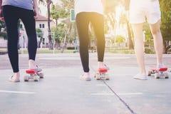 девушки готовы к получать старт к скейтборду Стоковые Изображения