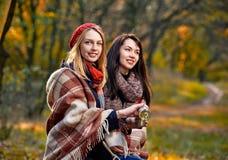 Девушки греясь в парке Стоковые Фотографии RF