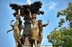 Девушки группы скульптуры фонтана Стоковые Изображения RF