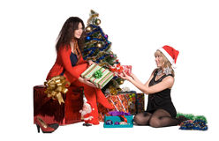 Девушки дают подарки одина другого на Новый Год Стоковые Фото