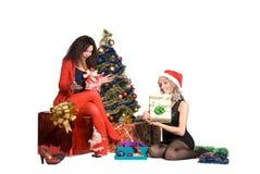 Девушки дают подарки одина другого на Новый Год Стоковое Изображение RF