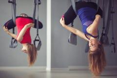Девушки делают йогу на гамаках с йогой воздуха Стоковые Фотографии RF