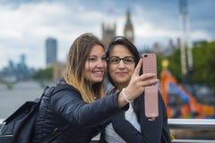 Девушки делают selfies во время отключения города к Лондону Стоковые Фото