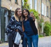 Девушки делают selfies во время отключения города к Лондону Стоковое фото RF