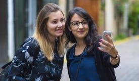 Девушки делают selfies во время отключения города к Лондону Стоковые Изображения